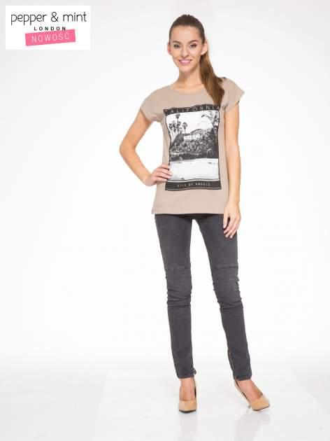 Jasnobrązowy t-shirt z nadrukiem CALIFORNIA                                  zdj.                                  5