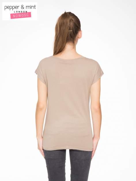 Jasnobrązowy t-shirt z napisem SHE LOVED                                  zdj.                                  4
