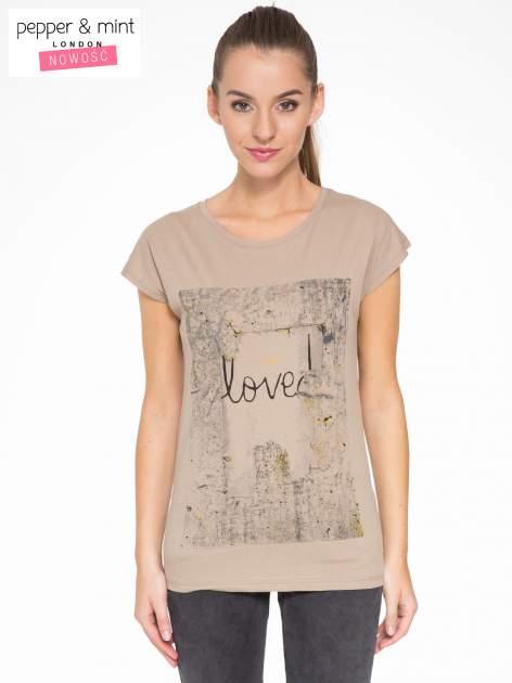 Jasnobrązowy t-shirt z napisem SHE LOVED                                  zdj.                                  1