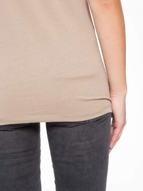 Jasnobrązowy t-shirt z napisem STAND BY ME                                  zdj.                                  9
