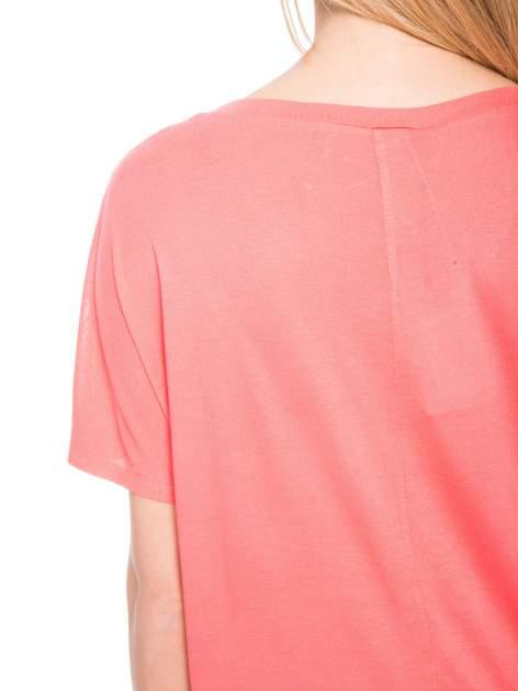 Jasnoczerwony t-shirt z ornamentowym nadrukiem                                  zdj.                                  10