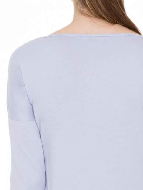 Jasnofioletowa gładka bluzka z ozdobnymi przeszyciami                                  zdj.                                  7