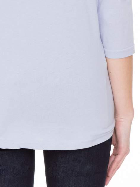 Jasnofioletowa gładka bluzka z ozdobnymi przeszyciami                                  zdj.                                  8