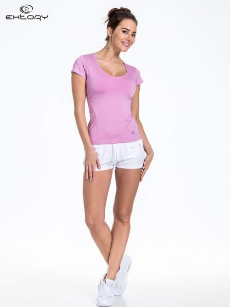 Jasnofioletowy t-shirt sportowy basic z dekoltem U                                  zdj.                                  2