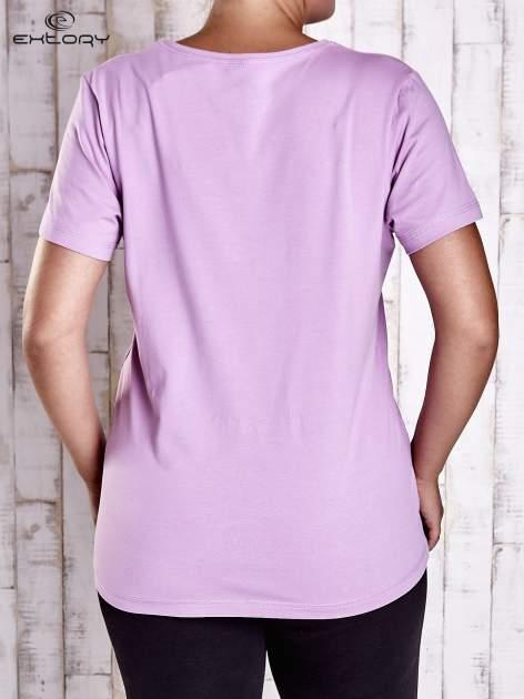 Jasnofioletowy t-shirt z kieszonką i dłuższym tyłem PLUS SIZE                                  zdj.                                  2