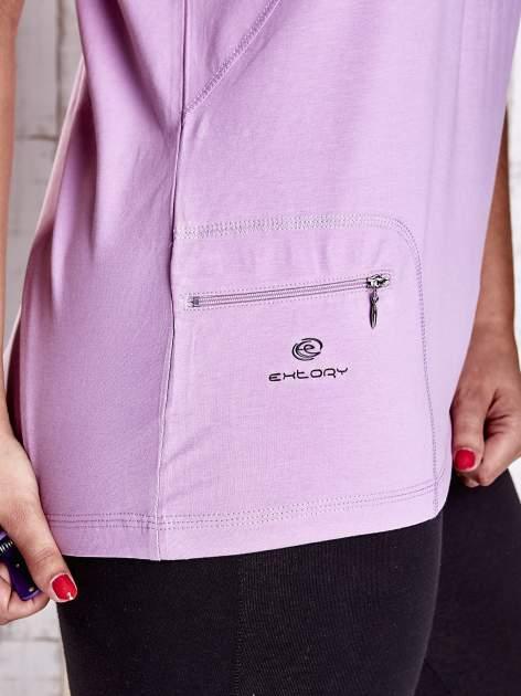 Jasnofioletowy t-shirt z kieszonką i dłuższym tyłem PLUS SIZE                                  zdj.                                  5