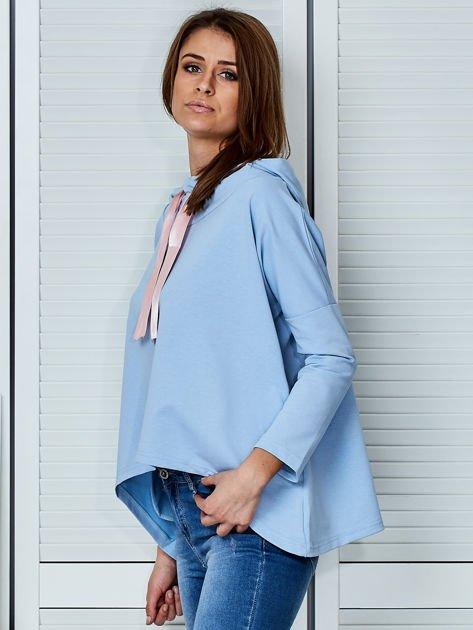 Jasnoniebieska bluza z kapturem i wstążką                                  zdj.                                  3