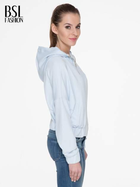 Jasnoniebieska bluza z kapturem o nietoperzowym kroju                                  zdj.                                  3