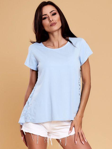 Jasnoniebieska bluzka z koronkową wstawką na plecach                              zdj.                              1