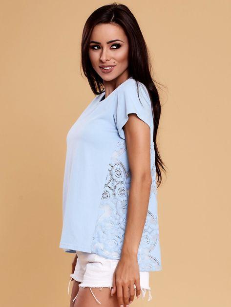 Jasnoniebieska bluzka z koronkową wstawką na plecach                              zdj.                              3