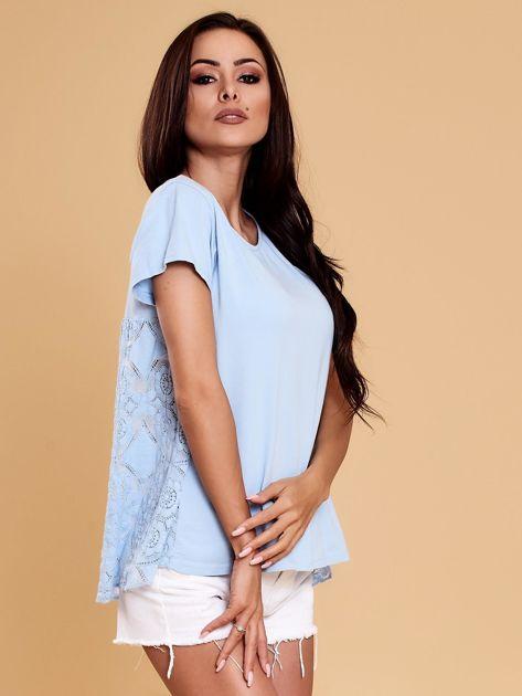 Jasnoniebieska bluzka z koronkową wstawką na plecach                              zdj.                              6