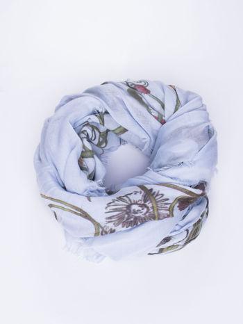 Jasnoniebieska chusta damska w roślinny ornament
