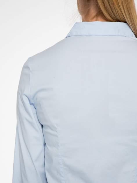 Jasnoniebieska elegancka koszula z marszczeniem przy dekolcie                                  zdj.                                  7