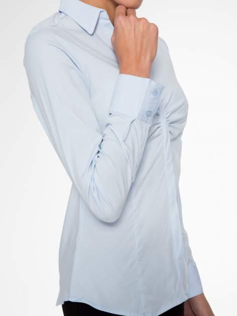 Jasnoniebieska elegancka koszula z marszczeniem przy dekolcie                                  zdj.                                  9