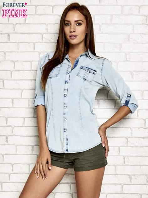Jasnoniebieska jeansowa koszula z podwijanymi rękawami                                  zdj.                                  4