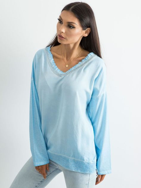 Jasnoniebieska luźna bluzka w serek                              zdj.                              3