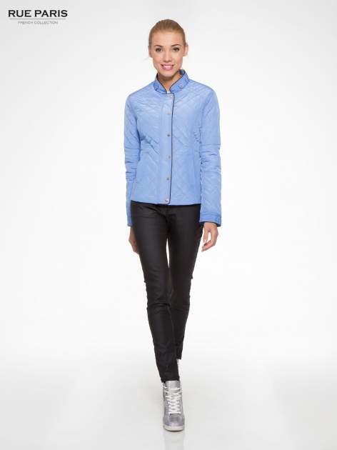 Jasnoniebieska pikowana kurtka ze skórzaną lamówką                                  zdj.                                  2