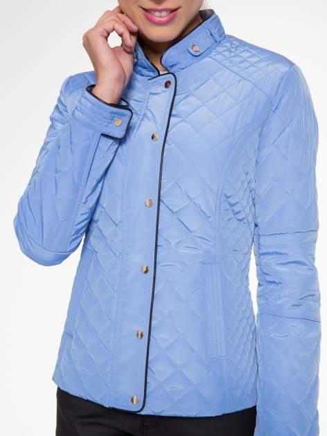 Jasnoniebieska pikowana kurtka ze skórzaną lamówką                                  zdj.                                  6
