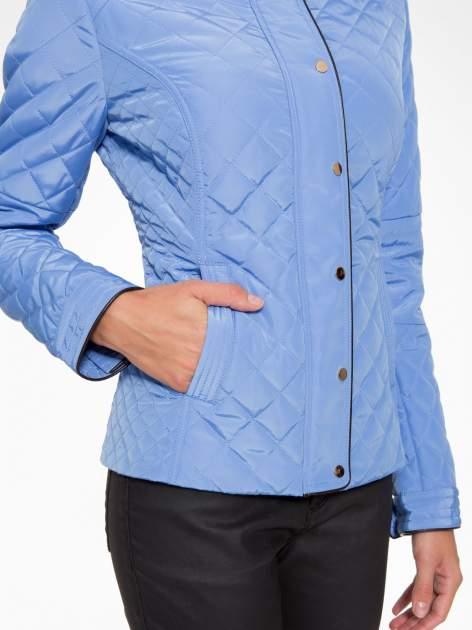 Jasnoniebieska pikowana kurtka ze skórzaną lamówką                                  zdj.                                  10
