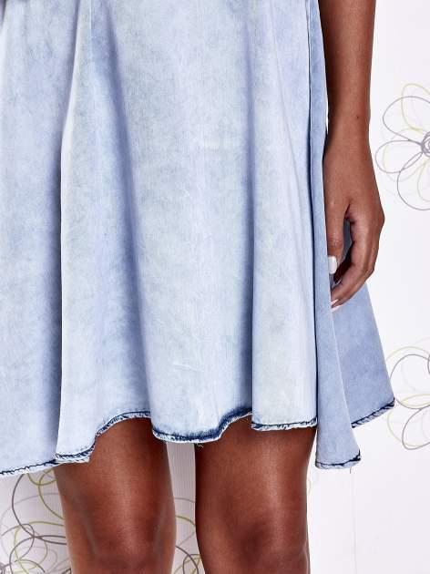 Jasnoniebieska rozkloszowana dekatyzowana sukienka                                  zdj.                                  7