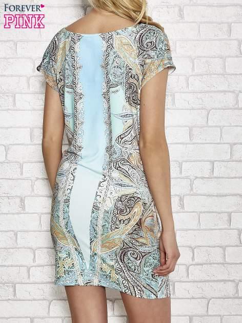 Jasnoniebieska sukienka w roślinne wzory z dekoltem typu woda                                  zdj.                                  4