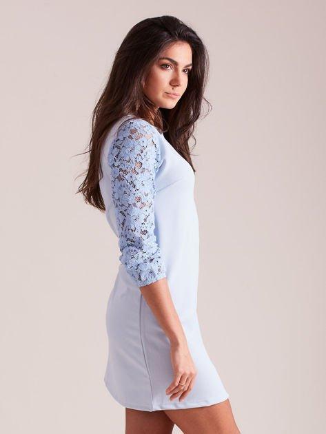 Jasnoniebieska sukienka z koronkowymi rękawami PLUS SIZE                              zdj.                              2