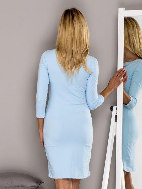 Jasnoniebieska sukienka z paskami przy dekolcie                                   zdj.                                  2
