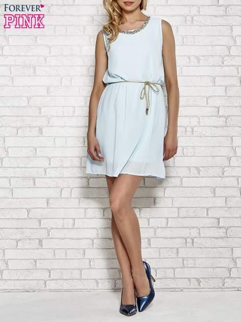 Jasnoniebieska sukienka ze złotym łańcuszkiem przy dekolcie                                  zdj.                                  2