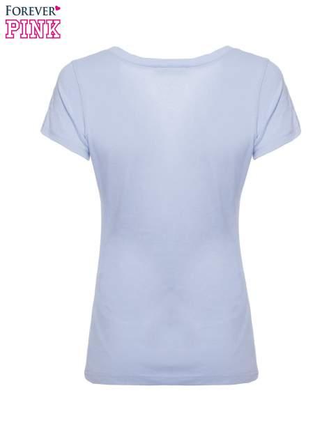 Jasnoniebieski basicowy t-shirt z dekoltem w serek                                  zdj.                                  5