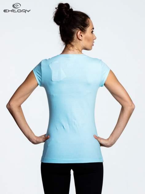 Jasnoniebieski damski t-shirt sportowy basic                                  zdj.                                  3