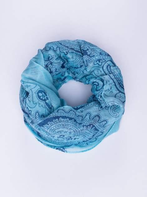 Jasnoniebieski orientalny szal we wzór paisley