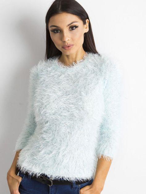 Jasnoniebieski sweter z długim włosem i cekinami                              zdj.                              1