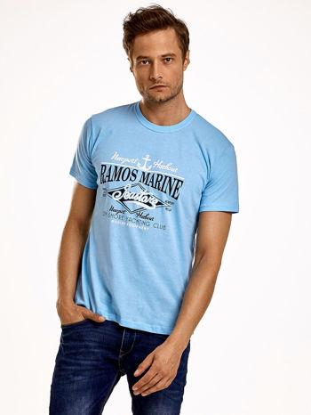 Jasnoniebieski t-shirt męski z napisami i kotwicą                                  zdj.                                  1