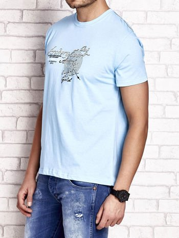 Jasnoniebieski t-shirt męski ze sportowym nadrukiem i napisami                                  zdj.                                  3