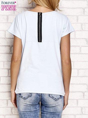 Jasnoniebieski t-shirt z napisem J'ADORE LE NOIR                                  zdj.                                  3