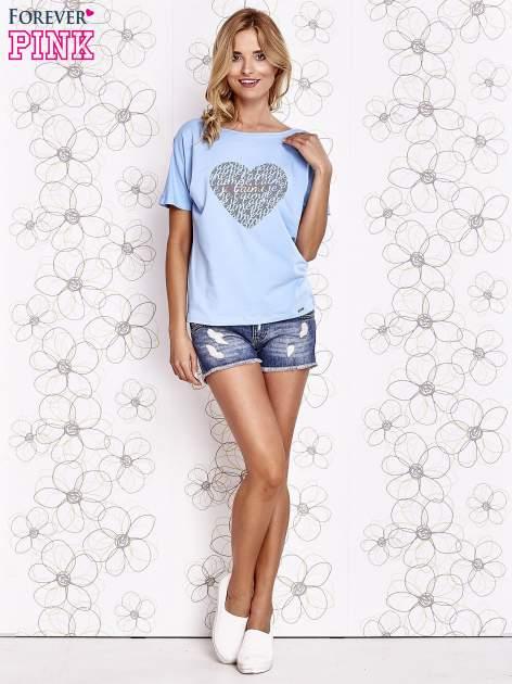 Jasnoniebieski t-shirt z napisem JE T'AIME i dekoltem na plecach                                  zdj.                                  2