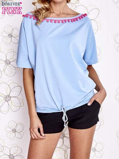 Jasnoniebieski t-shirt z różowymi pomponikami przy dekolcie                                  zdj.                                  1
