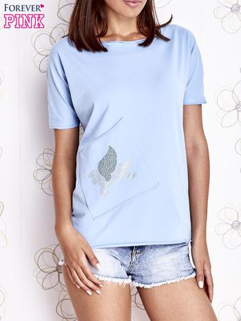 Jasnoniebieski t-shirt z ukośną kieszenią i dżetami                                  zdj.                                  1