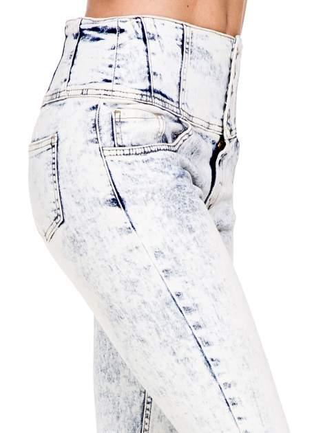 Jasnoniebieskie gorsetowe spodnie jeansowe typu skinny                                  zdj.                                  6