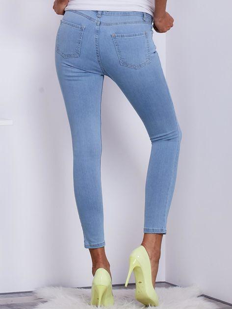 Jasnoniebieskie jeansowe spodnie ze stretchem                                   zdj.                                  2