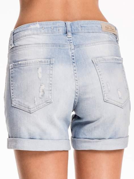 Jasnoniebieskie jeansowe szorty z przetarciem                                  zdj.                                  6