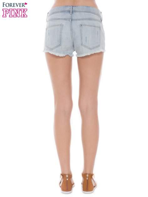 Jasnoniebieskie jeansowe szorty z wystającymi kieszeniami                                  zdj.                                  4
