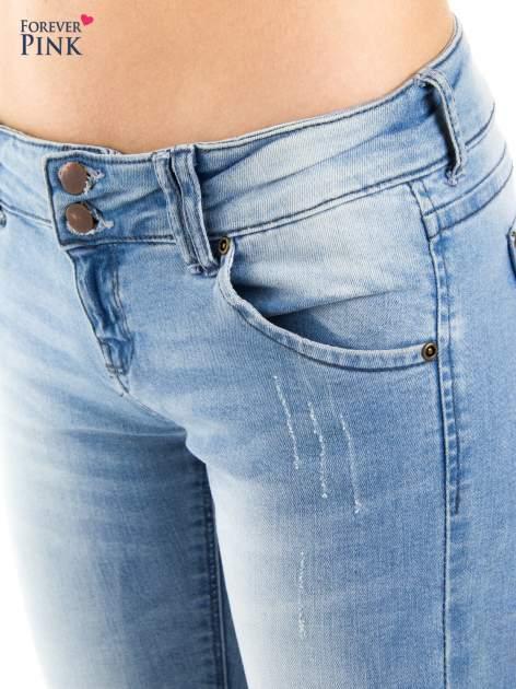 Jasnoniebieskie jeansy biodrówki na dwa guziki                                  zdj.                                  5
