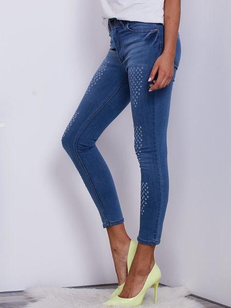 Jasnoniebieskie jeansy damskie o kroju slim z drobnymi przetarciami                              zdj.                              3