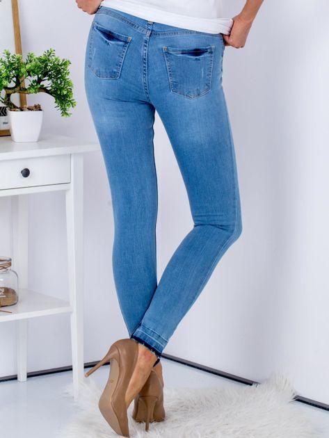 Jasnoniebieskie jeansy skinny z surowym wykończeniem                               zdj.                              2
