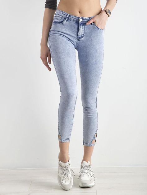 Jasnoniebieskie jeansy skinny z wycięciami                              zdj.                              1