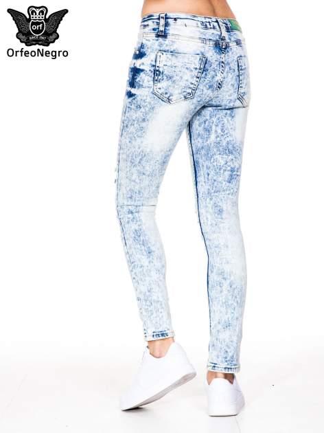 Jasnoniebieskie marmurkowe spodnie jeansowe rurki z dziurami i przetarciami                                  zdj.                                  5