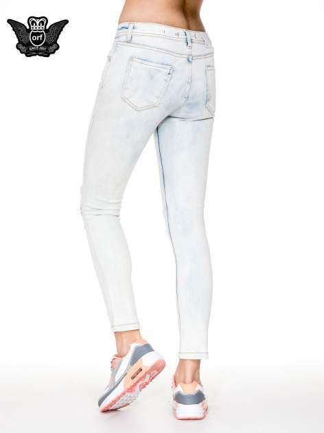 Jasnoniebieskie rozjaśniane spodnie jeaansowe rurki z rozdarciami na kolanach                                  zdj.                                  4