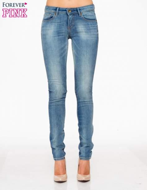 Jasnoniebieskie rozjaśniane spodnie jeansowe rurki                                   zdj.                                  1