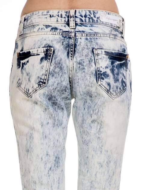 Jasnoniebieskie rozjaśniane spodnie jeansowe z przetarciami                                  zdj.                                  7